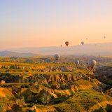 自由に飛び交う気球