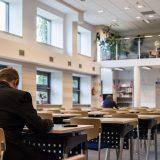 図書館で勉強するサラリーマン