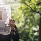 新聞を読み自分を成長させるサラリーマン