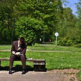 公園で後悔するサラリーマン