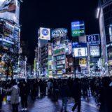 渋谷のスクランブル交差点で信号待ちをするサラリーマンや人々