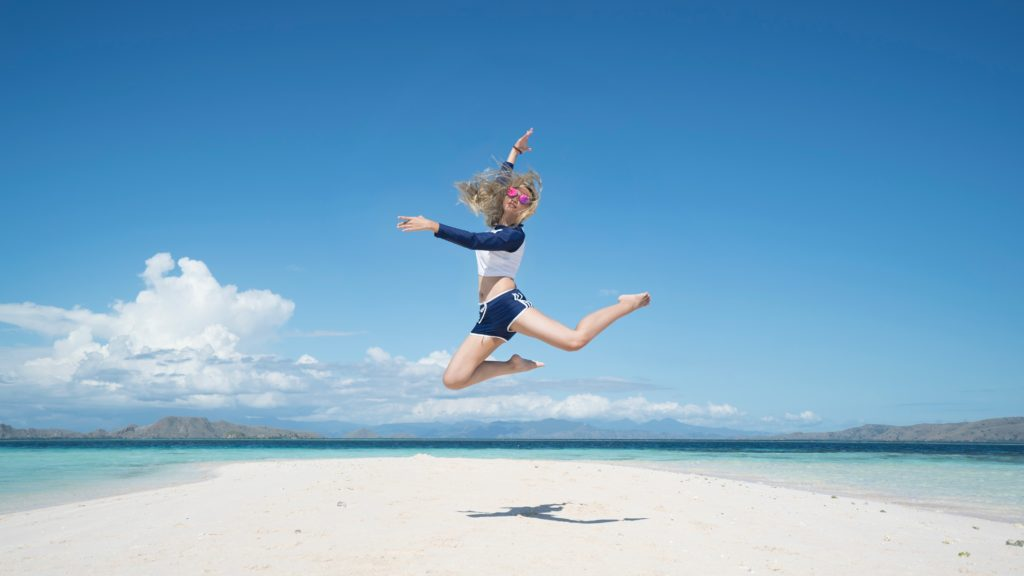 人生を楽しむ女性ときれいな海