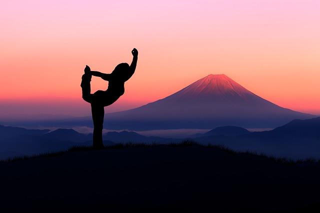 富士山でY字バランスをする人