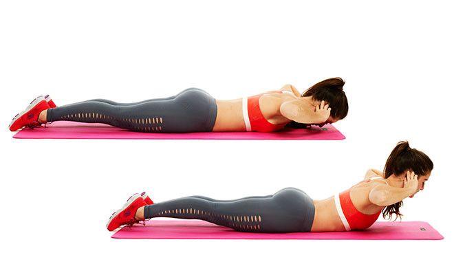背筋を鍛える女性