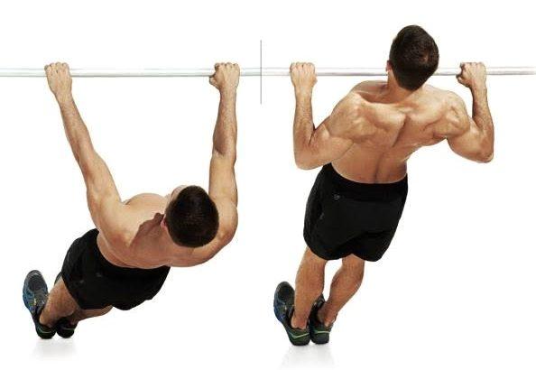 ぶら下がり背中と腕を鍛える男性