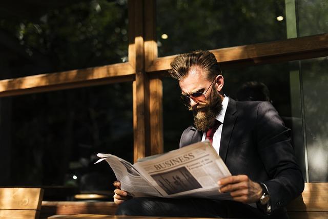 新聞を読むサラリーマン