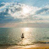 海で人生を楽しむ少年