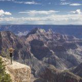 山の上からの絶景と女性