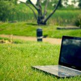 芝生の上に置かれたノートパソコン